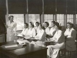 Navy_nurses_attending_class_-_1940s.jpg